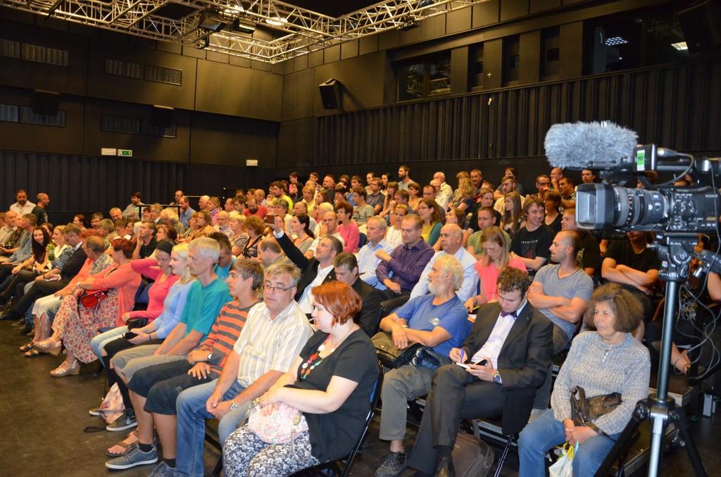 Odborníci na imigraci vystoupili před zaplněným divadlem